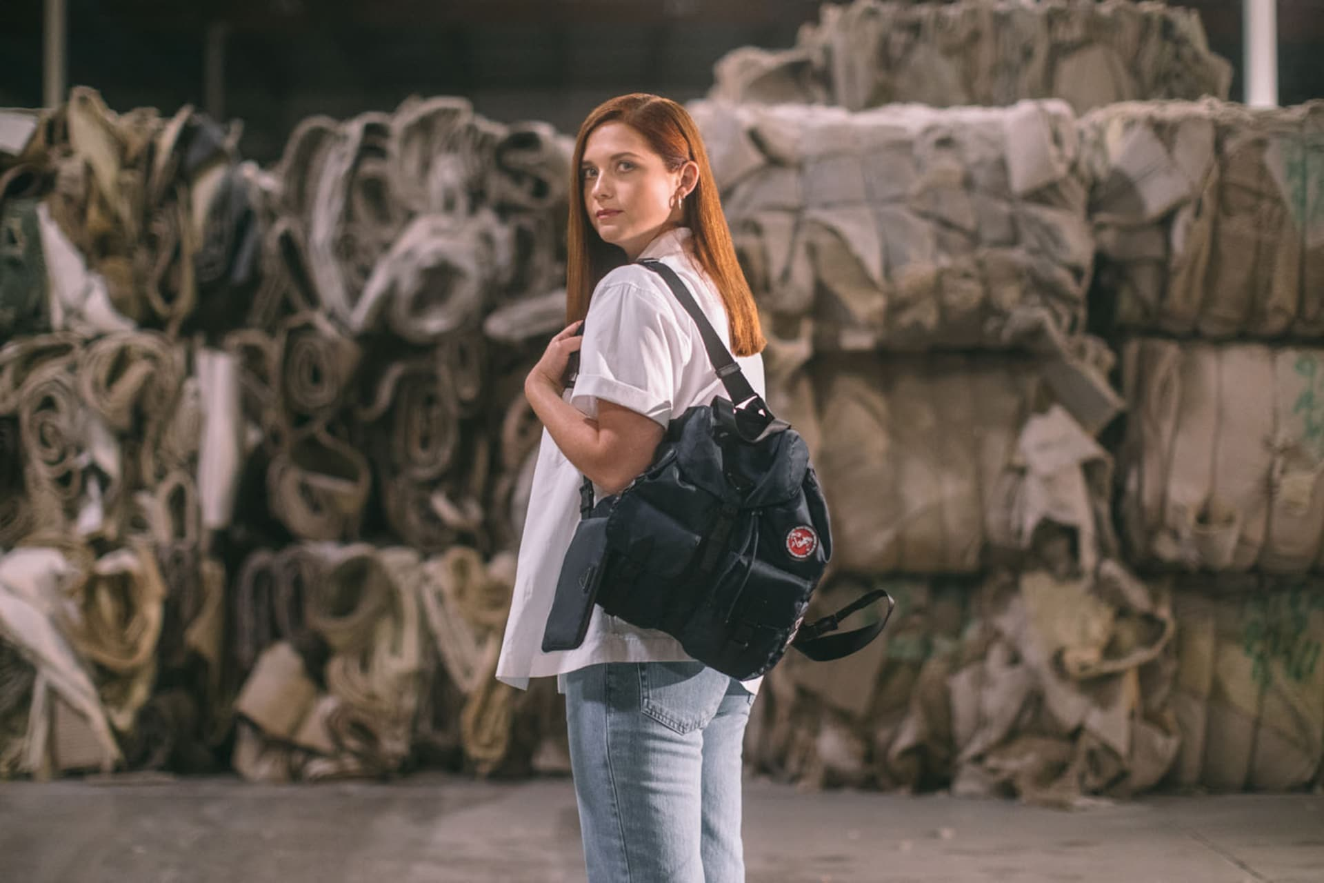Bonnie Wright porte un sac à dos Prada Re-Nylon